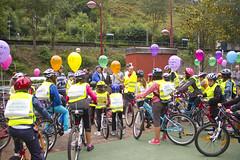 Los niños y niñas recibiendo las últimas instrucciones y consejos antes de salir a la carretera