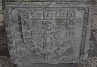 Lisboa (Portugal). Catedral. Capilla de Santa Teresa. Sarcófago de infanta portuguesa, siglo XVI. Armas de Portugal