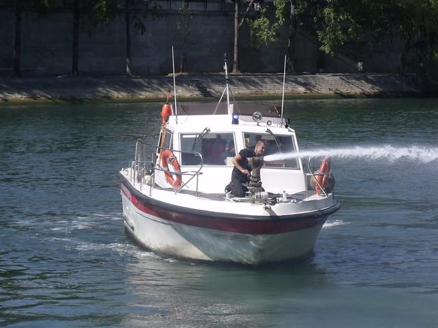 Vedette d'intervention des pompiers de Paris en exercice sur la Seine ce 3 aout 2015.
