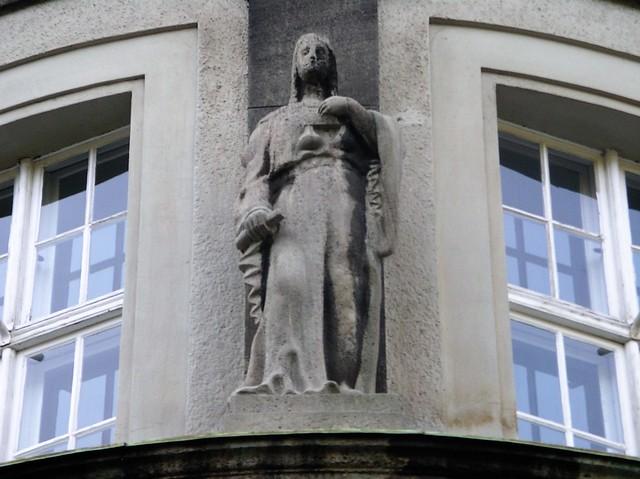 1909/10 Berlin Bürgertugend Gerechtigkeit allegorische Figur von Johann Michael Bossard Rathaus Treptow Neue Krugallee 2-6 in 12435 Treptow