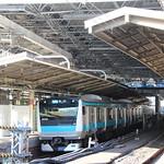 E233系京浜東北線色 二重屋根の新橋駅