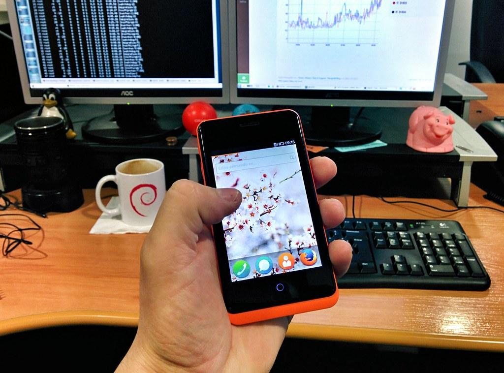 ... Jugando en la oficina con el Keon con Firefox OS developer preview de @voylinux ;