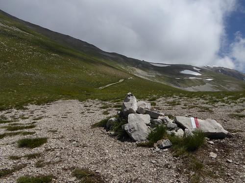 Op het zadel mijn tussenstop, een rifugio, met de top (aan de rechterkant) in wolken gehuld ....