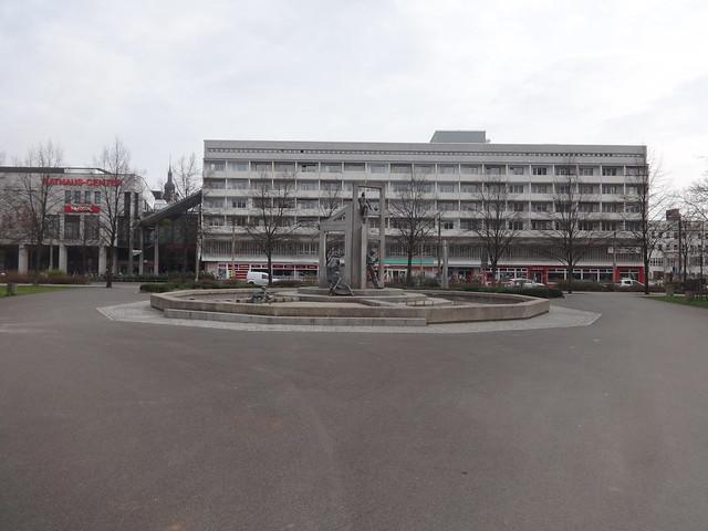 1999/2001 Dessau Stadtgespräch Brunnen von Christine Rammelt-Hadelich Beton/Bronze Stadtpark Willy-Lohmann-/Kavalierstraße in 06844