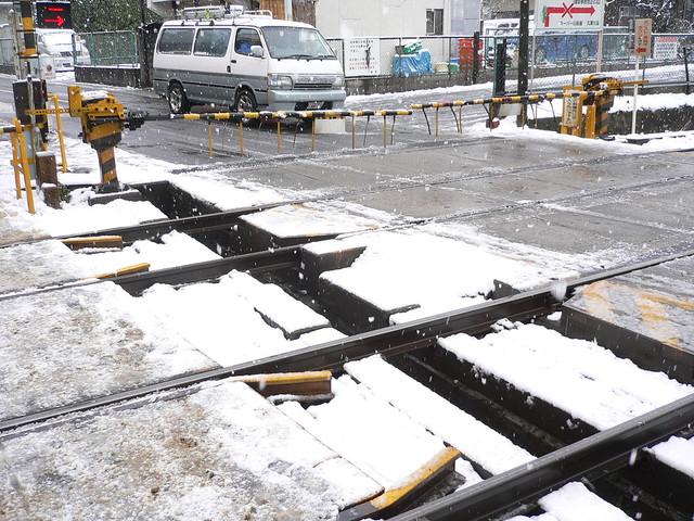 雪の近鉄久津川駅