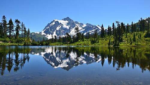 usa mountain snow reflection washington mtshuksan blueandgreen picturelake mtbakerwilderness nikond7000 nikkor18to200mmvrlens