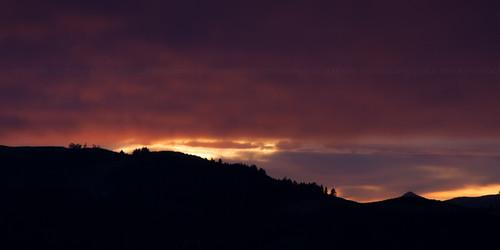 pink newzealand sky clouds contrast sunrise landscape silhouettes paisaje paisagem céu hills amanecer cielo nubes contraste nuvens lightshadow corderosa siluetas novazelândia nascerdosol nuevazelanda colinas silhuetas rosado luzsombra 2013