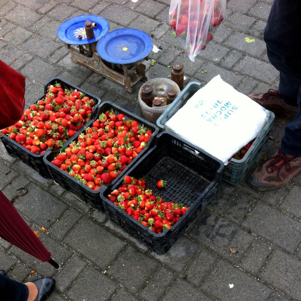 Strawberry market transaction / Transakcja na rynku truskawkowym