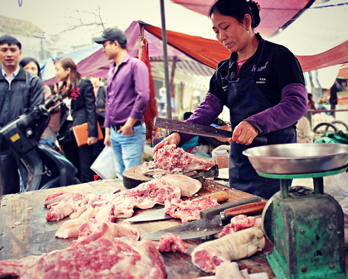 Mar/2016 - Selling pork at a traditional 'wet' market in Hung Yen province, northern Vietnam (photo credit: ILRI/HUPH/Ngan Tran)