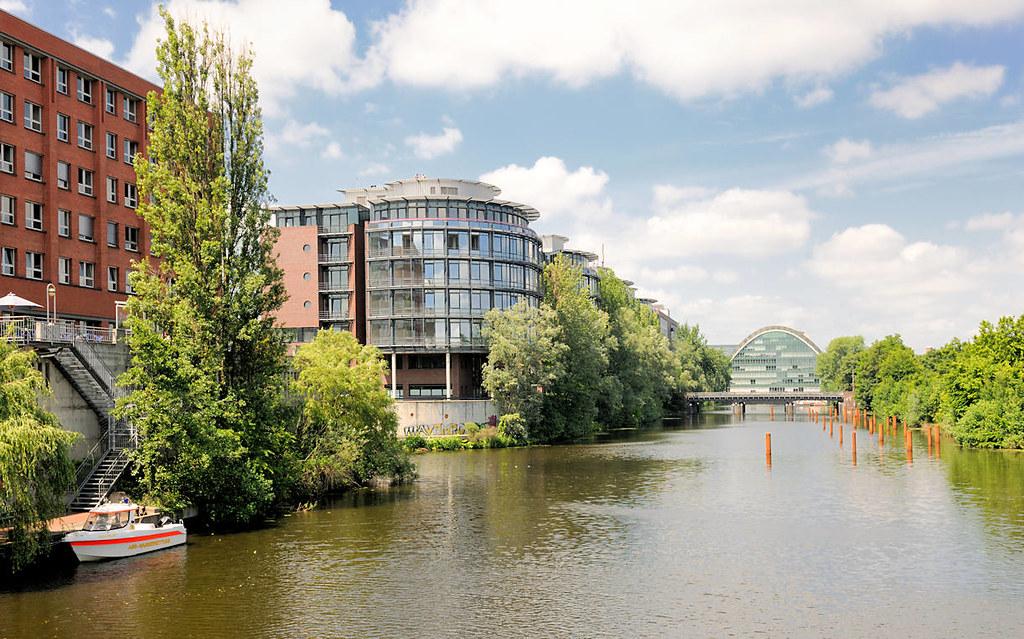8301 Bürogebäude am Ufer des Hochwasserbassins in Hamburg … | Flickr
