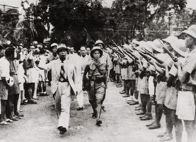 26-8-1945 - Tư lệnh Việt Nam Giải phóng quân Võ Nguyên Giáp duyệt binh lần đầu ở Hà Nội sau khi giành được chính quyền.