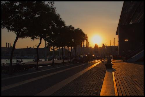 barcelona street light sunset orange colors canon spain europe shadows darkness catalogna