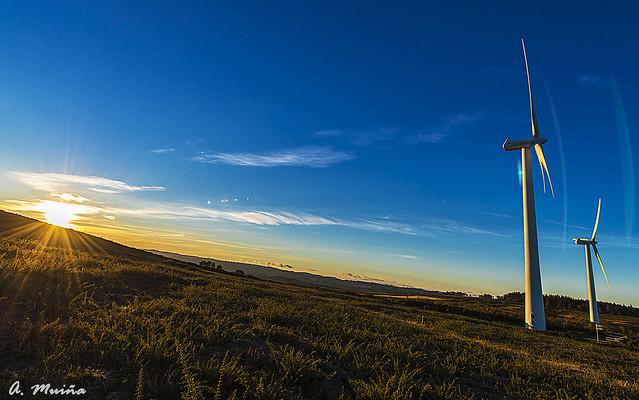 Puesta de sol en eólicos. Sunset on wind turbines