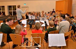 Per Engström och Matilda Forsberg leder Framåt-Brassorkestern