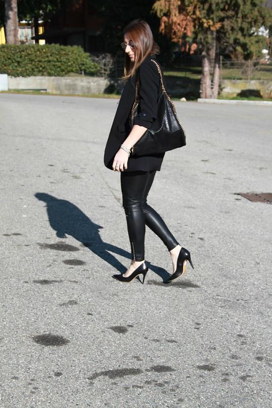 Outfit pantaloni di pelle e blazer lungo