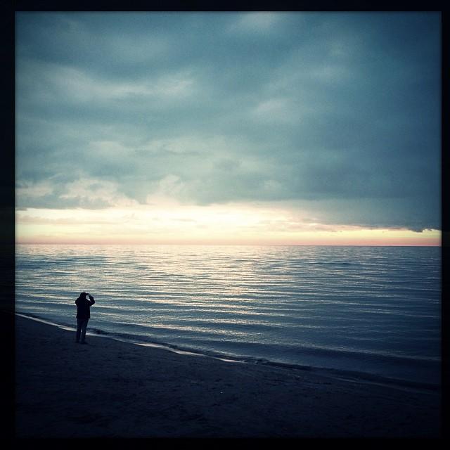 Il primo giorno dell'anno l'uomo guarda all'infinito futuro #capodanno #mare #fortedeimarmi #toscana #tuscany #tuscanygram #visittuscany #vitacomune #occhidiprato #ig_belpaese #beach #spiaggia #sea #solitudine