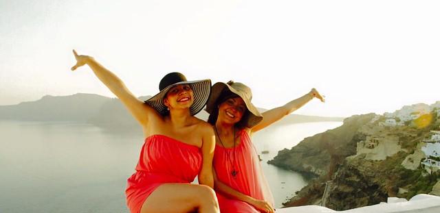 Eliana y Sirey en Santorini, Grecia