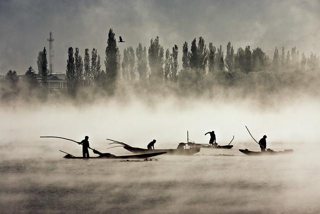Boatmen in Dal Lake 9223 2008