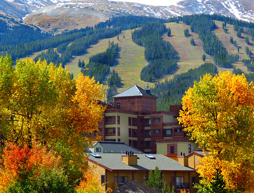 breckenridge rockymountains skislopes autumn usa color fall leaves america us summitcounty mountaintowns mountainside building architecture colorado sandraleidholdt