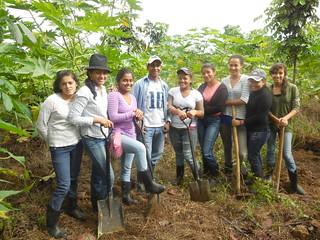 Honduras - Finca - Alumnas trabajando en la finca
