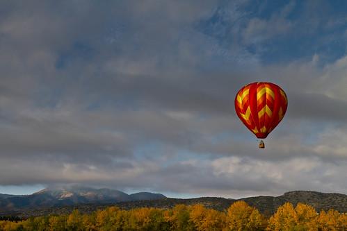autumn mountain fall landscape rockies colorado colorful fallcolors balloon cottonwood hotairballoon rockymountains chatfieldstatepark