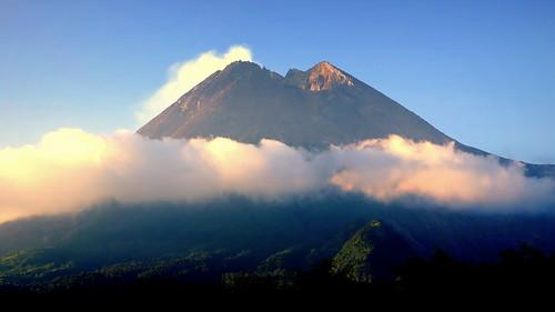 java indonesia yogyakarta merapi volcano sunset evening light mountain scenery landscape peterch51 gunung gunungmerapi