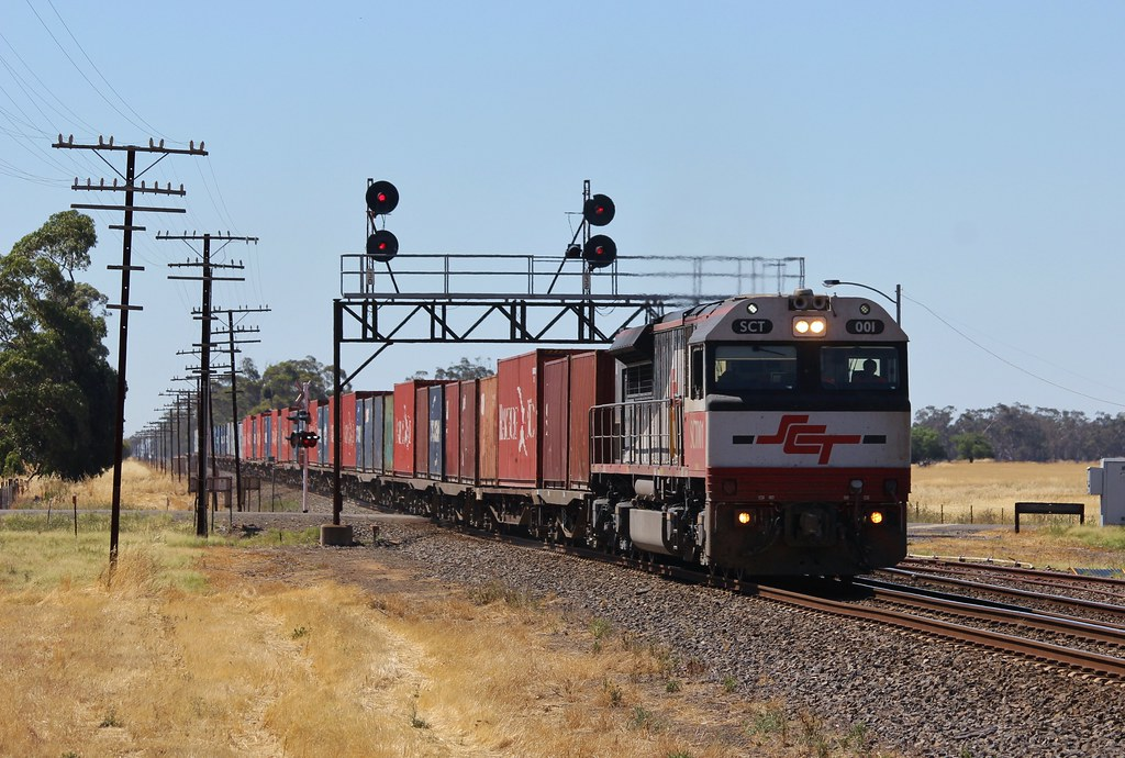 SCT001 blasts through Lubeck on the UP Dooen goods with containerised hay and grain by bukk05