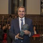 Zapatero recogiendo el Premio