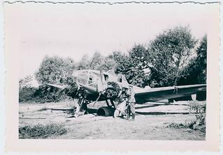 Een Duits soldaat onderzoekt een achtergelaten Potez 63.11 van de Franse luchtmacht, juni 1940 | A German soldier inspects an abandoned Potez 63.11 of the French air force, June 1940
