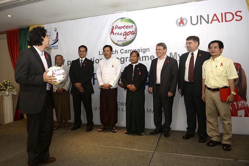 Foto de autoridades e organizadores com a bola da campanha