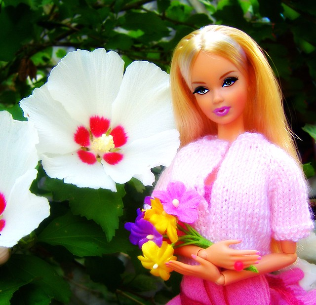 The Look City Shopper Steffie in garden #1