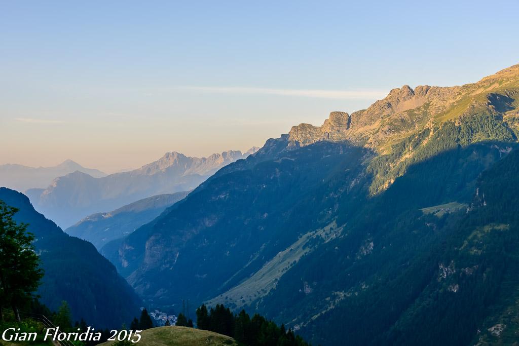 Primi raggi di sole sulle cime della Valchiavenna (SO)