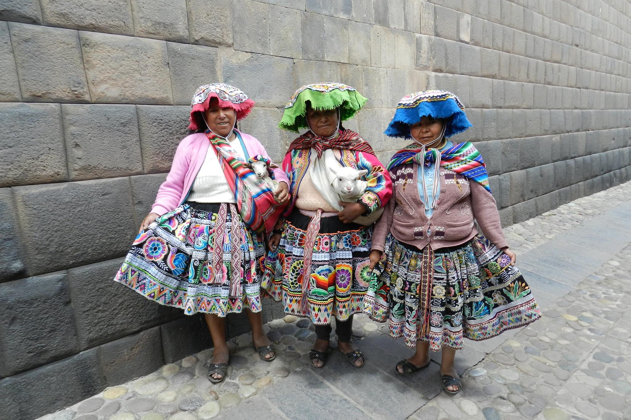 su gente mujeres con alpaca Peru