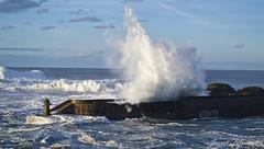 El mar salta por encima del puerto de Tapia de Casariego