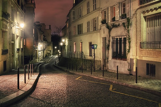 Rue Cortot at night