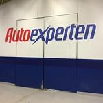 För att göra väggen lite roligare fick nyöppnade Autoexperten en stor logo monterad.