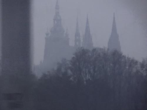 Nebelherbst, durch webenden Nebel ging ich zur Nacht in Prag, bunt kreuzte der Nebel phantastischer Kreise, ich ging durch die stille, die atmende Nacht, da kam es von meinen Lippen leise, es ist vollbracht 01072