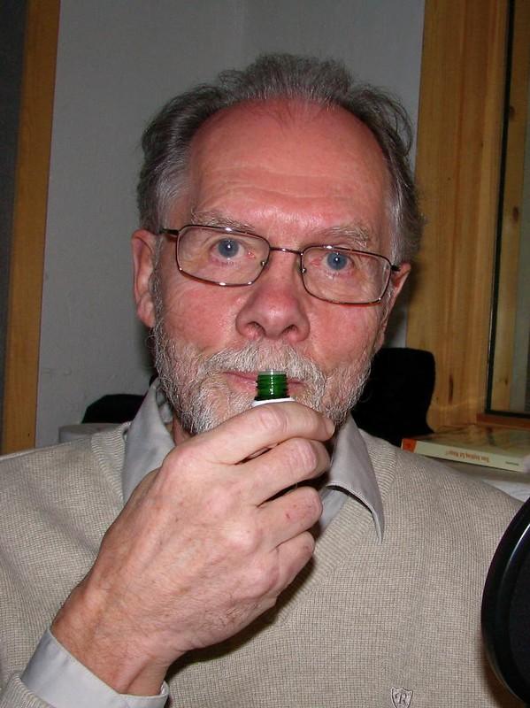Professor Kjell Døving lukter på eterisk olje