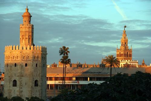 Vista típica de la Torre del Oro y La Giralda
