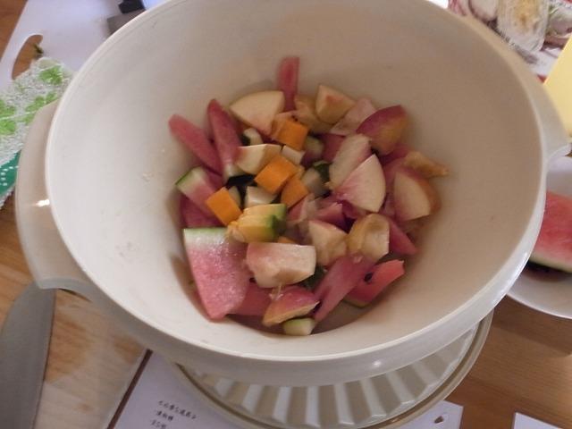 <p>a)フルーツと野菜をカットします。<br /> 桃・スイカ・かぼちゃ・ズッキーニ・にんじんがはいってます。</p>