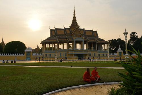 city sunset orange man horizontal architecture garden asia cambodge cambodia ngc jardin monk phnompenh asie palaisroyal ville royalpalace homme coucherdesoleil nationalgeographic moine bertranddecamaret