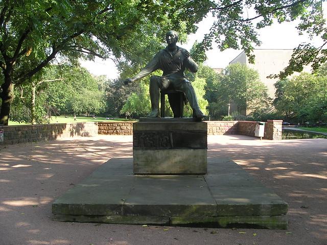 1954/56 Berlin-O. Heinrich Heine (1797-1856) von Waldemar Grzimek (2.Fassung) Bronze Volkspark am Weinberg Veteranenstraße in 10119 Mitte