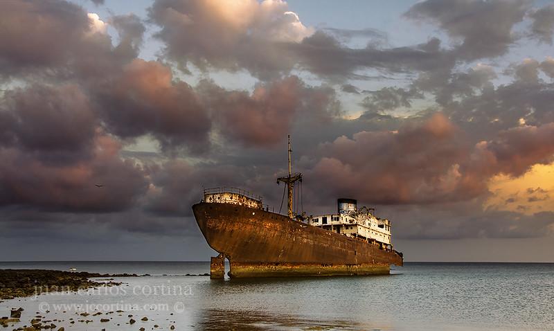 El Telamon, el barco encallado en el puerto de Arrecife en Lanzarote en 1981.