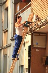 Una operaria realizando una instalación en un edificio