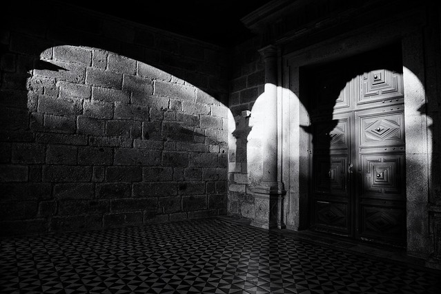 5326 ~ the door and the arches of the Monastery of Landim