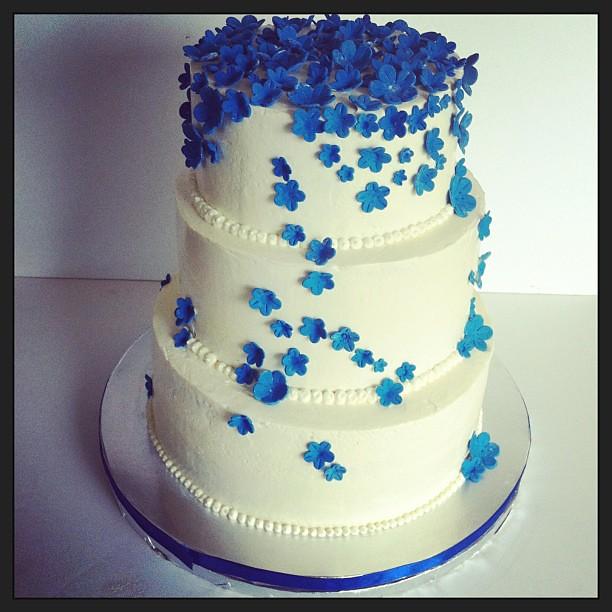 Wedding Cake With Royal Blue Flowers White Wedding Bake Flickr