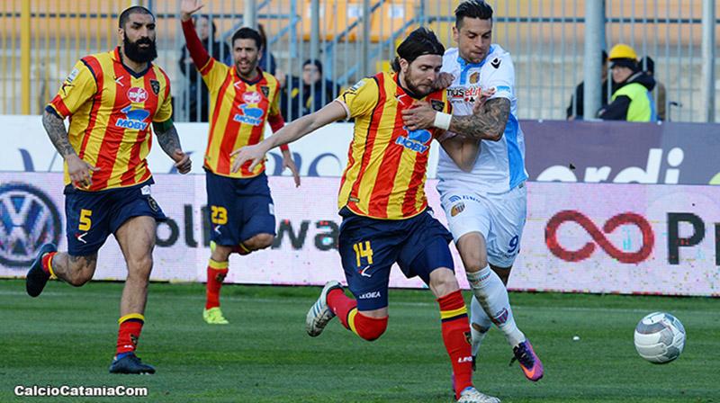 Giosa (con la maglia del Lecce) affronta Pozzebon in un incontro del 2016/17