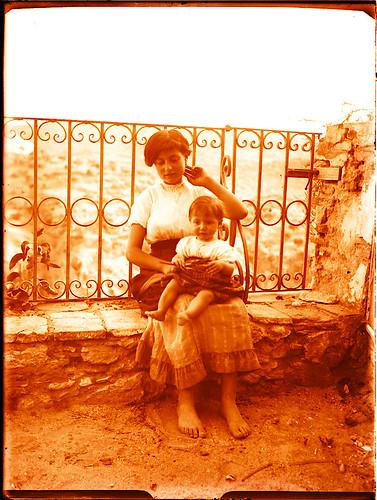 Madre e hija en Roca Tarpeya hacia 1910. Fotografía de Pedro Román Martínez (c) JCCM, AHP, Fondo Rodríguez. Signatura R-118-3-07   by eduardoasb