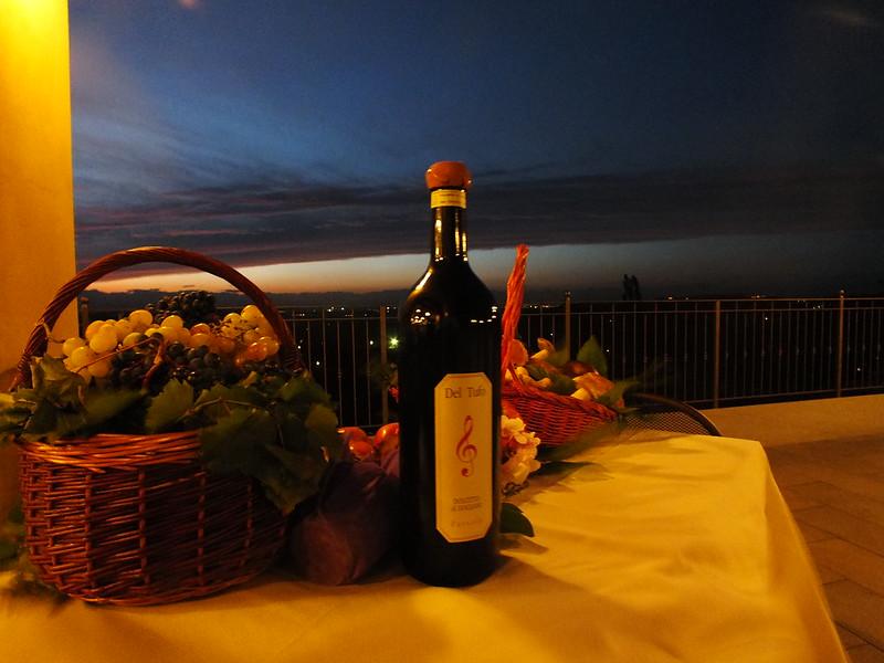 Vino, uva e un bel tramonto in terrazza