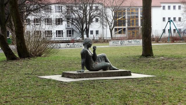 1962 Berlin-O. Mädchen mit Apfel von Christa Sammler Bronze Nibelungenpark Rüdigerstraße 76 in 10365 Lichtenberg